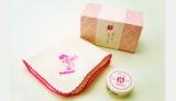 まかないこすめのハンドクリームとハンカチがセットになった「桜の小箱」(税抜1204円)