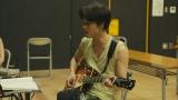 舞台の稽古でギターの練習中