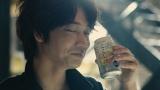 一瞬だけ見せる綾野剛のチャーミングな笑顔に注目