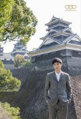 「熊本市わくわく親善大使」を務める高良健吾=熊本城をバックに撮影