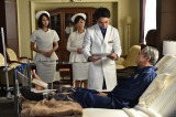 TBS系ドラマ『まっしろ』第5話(2月10日放送)より、入院患者・勝呂(手前・竜雷太)は医者や看護師に暴言放題(左から)堀北真希、MEGUMI、柳楽優弥(C)TBS