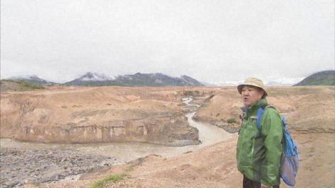 カトマイ国立公園内にある「1万本の煙の谷」を訪れた温水洋一。『第25回JNN共同制作番組 地球の鼓動 火山』2月11日、TBS系で放送(C)MRT・TBS