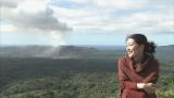 バヌアツ共和国のヤスール火山を訪れた鶴田真由(C)MRT・TBS