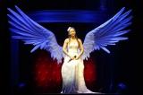 安室奈美恵がライブで使用した「翼」のセットが東京・新宿ステーションスクエアに登場