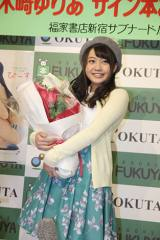 19歳の誕生日祝いの花束をプレゼントされた木崎(C)De-View