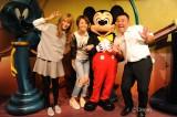 米倉涼子が2年8ヶ月ぶりに『いきなり!黄金伝説。』ロケに参戦。東京ディズニーランドでミッキーと腕組み満面スマイル!(C)テレビ朝日