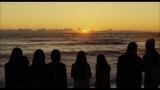 日没時に一瞬だけ見えるという曲名の「Green Flash(緑の光)」を観るために8人が海辺に集う
