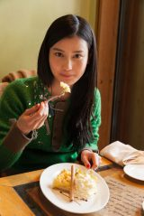 ベルリンのカフェでケーキを食べる橋本愛