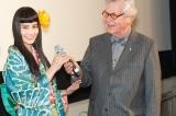 (左から)第65回ベルリン国際映画祭の舞台挨拶に出席した橋本愛、「キュリナリー・シネマ部門」代表のトーマス・ストラック氏