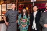 (左から)公式上映後のディナーを提供したシェフのミハエル・ケンプ氏、橋本愛、森淳一監督
