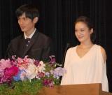 """""""かみかみ""""司会を反省した(左から)高良健吾&貫地谷しほり (C)ORICON NewS inc."""