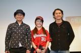 (左から)試写会に出席した横山雄二、カープ女子(大井智保子)、時川英之監督 (C)2015 映画「ラジオの恋」製作委員会