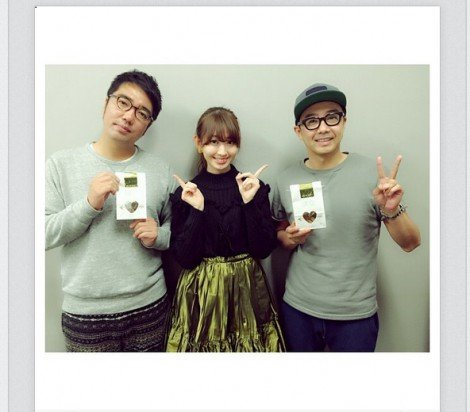 小木博明(左)と矢作兼(右)にバレンタインチョコを渡した小嶋陽菜 (画像は小嶋陽菜のインスタグラムより)