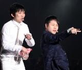 『東京ランウェイ』サプライズ登場で、観客から悲鳴を浴びるNON STYLE(撮影:片山よしお)