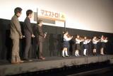 ちびっ子バイオリニストたちの演奏に耳を傾ける(左から)小林聖太郎監督、松坂桃李、西田敏行