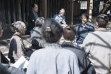 寅次郎の話を真剣に聞く野山獄の囚人たちは生気を取り戻していく(C)NHK