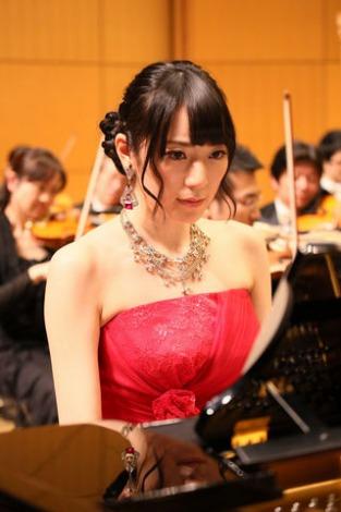 松井咲子が読売日本交響楽団と「心のプラカード」を演奏 (C)日本テレビ