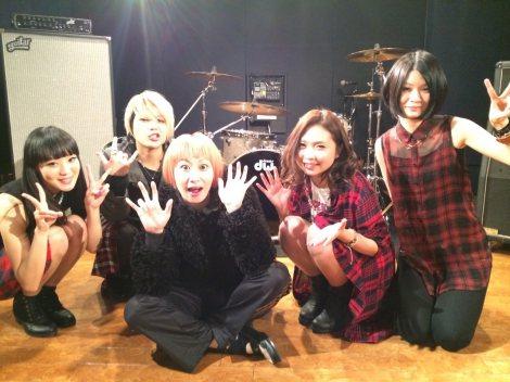 鳥居みゆきがDraft Kingの「贈る言葉」MVで初監督を務めた(写真左からNOHANA、SHIHO、鳥居、erica、MAO)