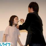 森谷雄監督から誕生日ケーキを食べさせてもらう松岡茉優 (C)ORICON NewS inc.