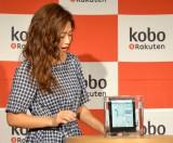 新商品『Kobo Aura H2O』の防水性にびっくりする今井華 (C)oricon ME inc.