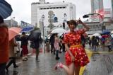 しょこたんが渋谷に登場し通行人も思わず足を止めた