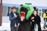 歓迎セレモニーの模様(左から)増田セバスチャン氏、メロン熊、松岡茉優