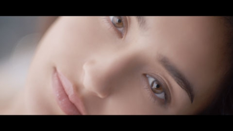 サムネイル 美肌にうっとり… どアップでCMを飾る長谷川潤/マキアージュ新CM