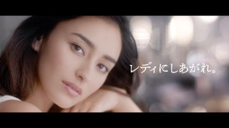 美肌にうっとり… どアップでCMを飾る長谷川潤/マキアージュ新CM