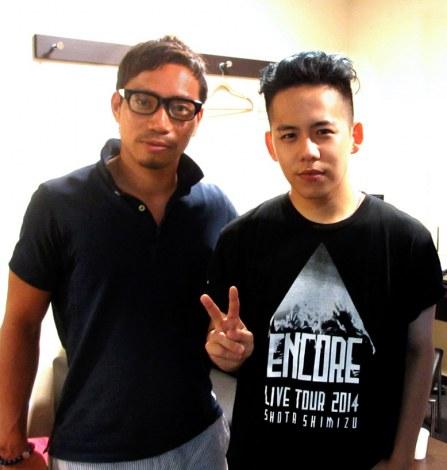 サッカー日本代表・長友佑都選手(左)が清水翔太のスポットCMに友情出演