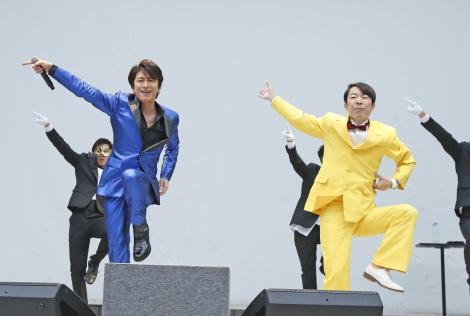 """ノリノリで""""ゲッツ!""""を披露する及川光博(左)とダンディ坂野"""