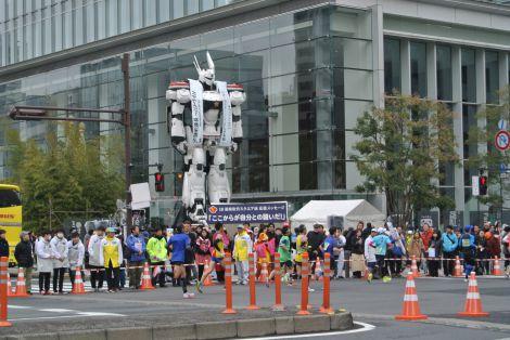 東京マラソンの警備と応援のため出現したパトレイバー