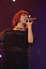 『May'n Road to 10th Anniversary Japan & World Tour 2014-2015 「dots and lines」』ファイナルで熱唱するMay'n