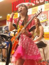 Gacharic SpinのTOMO-ZO(G)=メジャー第1弾シングル「赤裸ライアー/溶けないCANDY」発売記念インストアイベントの模様 (C)ORICON NewS inc.