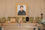 祭壇は三津五郎さんが生前好きだった白とブルーの和花で飾られている (C)ORICON NewS inc.
