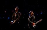 コブクロの背景の青と赤の光が黒田俊介(左)と小渕健太郎の心拍数データと連動
