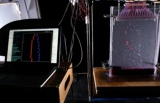 (2)PCに転送された心拍数データと連動して水滴発射ノズルが作動。水槽の中に青と赤の水滴が次々と発射される
