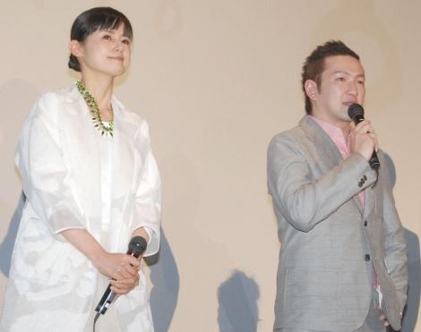 映画『振り子』初日舞台あいさつで感極まって涙した(左から)小西真奈美、中村獅童 (C)ORICON NewS inc.
