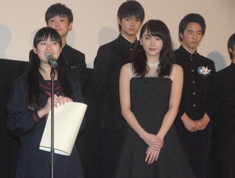 映画『くちびるに歌を』初日舞台あいさつに出席した(前列左から)恒松祐里と新垣結衣 (C)ORICON NewS inc.