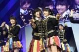「ヘビーローテーション」でセンターを務めた向井地美音(右)と渡辺麻友=『AKB48リクエストアワー セットリストベスト1035 2015』4日目昼公演の模様 (C)AKS