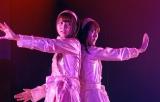 正規メンバー時代にチームBで担当していたユニット曲『てもでもの涙』をバイトAKBでも披露した佐伯美香(左)(C)De-View