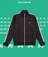 『FRED PERRY』と『スペースインベーダー』によるコラボ商品(C)TAITO CORPORATION 1978 ALL RIGHTS RESERVED.