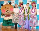 『いわき市復興応援観光キャンペーン』イベントに出席した(左から)フラおじさん、蒼井優、スパリゾートハワイアンズダンシングチーム (C)ORICON NewS inc.