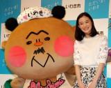『いわき市復興応援観光キャンペーン』イベントに出席した(左から)フラおじさん、蒼井優 (C)ORICON NewS inc.