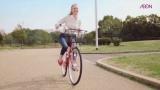 シャーロット・ケイト・フォックスが日本でのCM初出演で自転車を快走