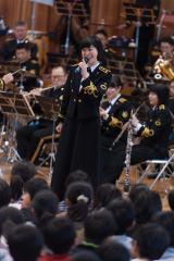 卒業式シーズンの定番曲「旅立ちの日に」を披露した三宅由佳莉