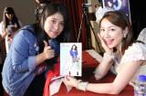 ライブ前日ファンミーティングで現地のファンと記念撮影に応じる吉川友