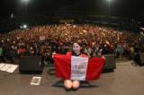 ペルーでのライブで観客と記念撮影を行った吉川友