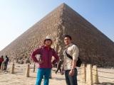 『世界ふしぎ発見!』が番組史上初のピラミッド登頂に成功(左から)ミステリーハンターの竹内海南江、河江肖剰氏(C)TBS
