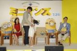 日村勇紀もメロメロ…藤田彩華がCMで話題の「ぎゅっと」を再現