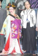 舞台『最後のサムライ』の記者会見に役衣装で登場した(左から)ソニン、市原隼人 (C)ORICON NewS inc.